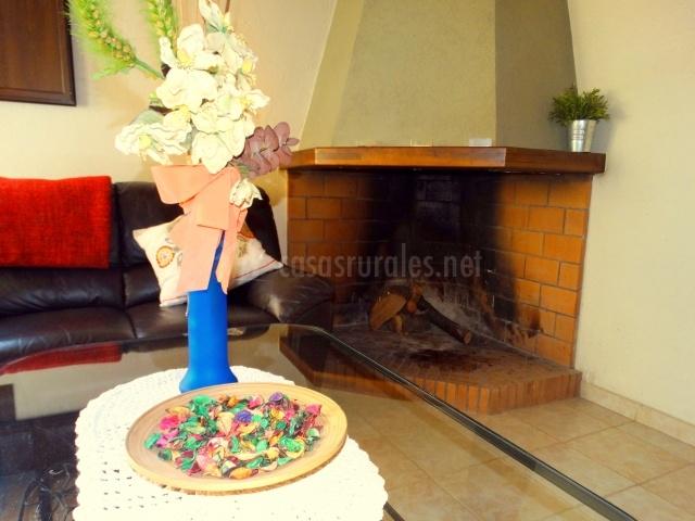 Salón con chimene