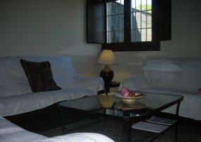 Zona de estar con mesa de centro