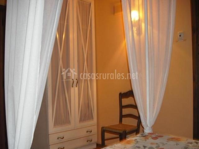 Dormitorio doble con armario y dosel