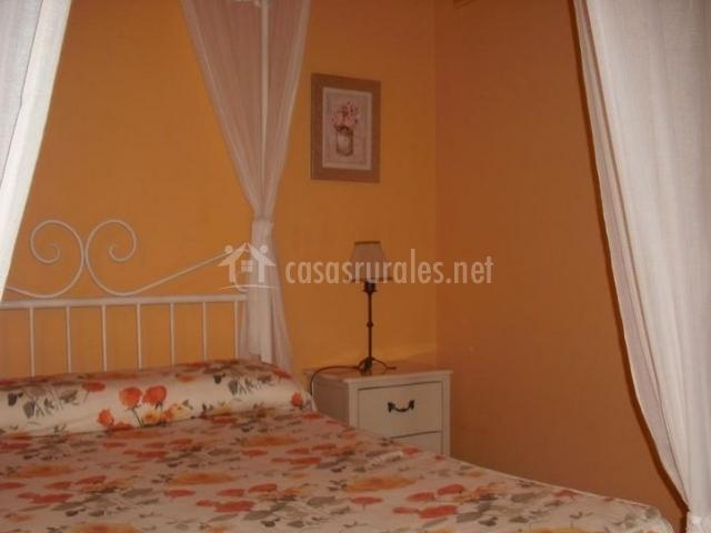 Dormitorio doble con mesilla de noche