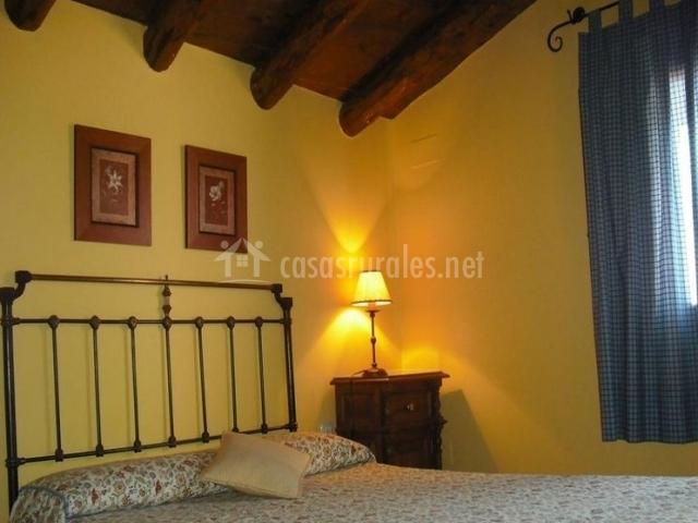 Dormitorio doble con vigas de madera