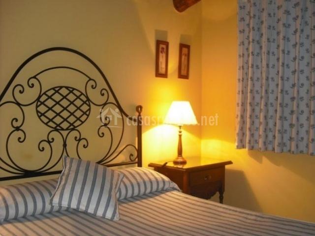 Dormitorio doble y colchas a rayas
