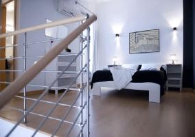 Escaleras y dormitorio