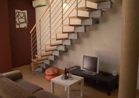 Sala de estar con televisor junto al mueble