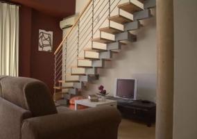 Sala de estar junto a las escaleras