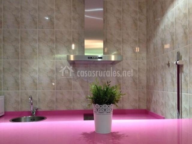 Cocina con encimera rosa