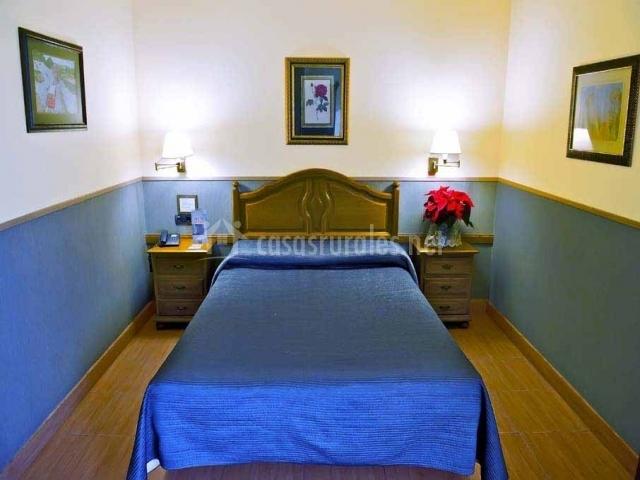 Dormitorio superior con cama de matrimonio