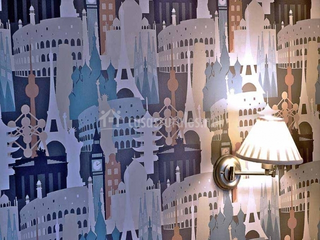 Habitación con lámparas en las paredes