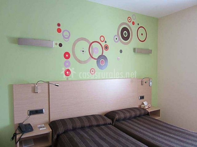 Dormitorio con pared frontal decorada