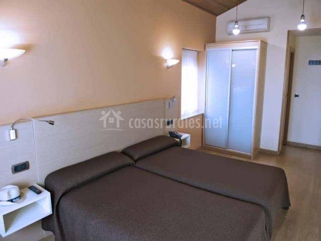 Habitación con 2 camas individuales unidas