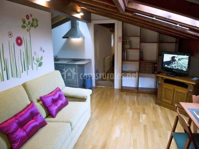 Habitación con cómodo sofá y televisión