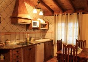 Cocina y mesa en apartamento 2