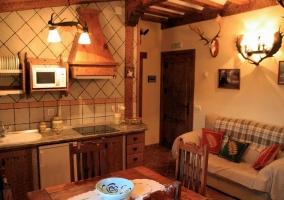 Sala de estar y cocina abierta en apartamento 1