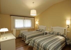Dormitorio doble con mobiliario blanco