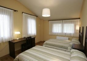 Dormitorio doble con techo abuhardillado