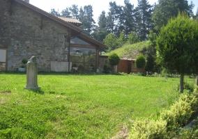 Jardín amplio con césped