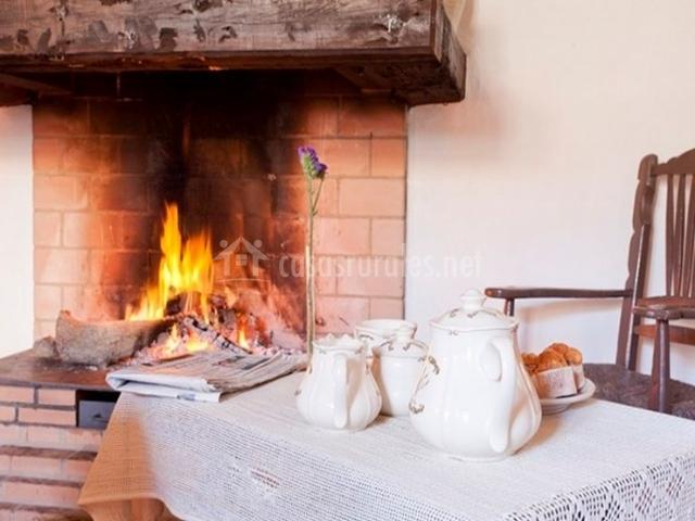 Casa el cortijuelo en escoznar granada for Cocinas con chimenea