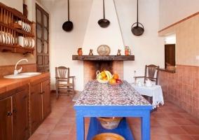 Cocina con chimenea de leña