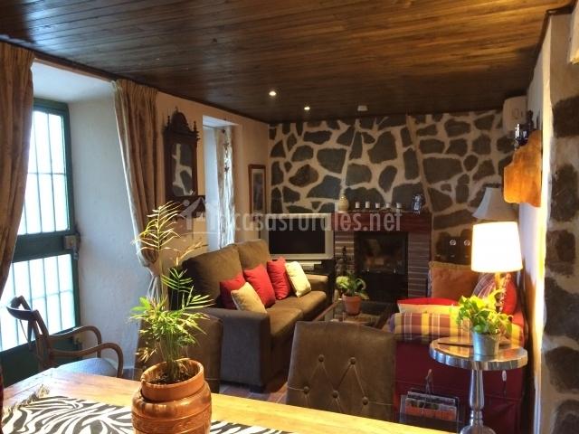 Sala de estar con gran chimenea