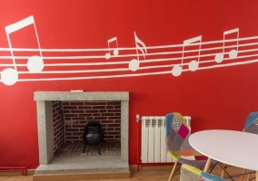Chimenea en pared roja con notas musicales