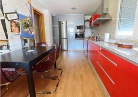 Cocina con detalles rojos