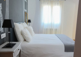 Dormitorio de matrimonio en tonos grises
