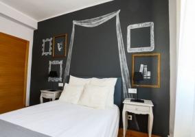 Detalle de cama de matrimonio con dosel
