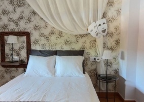 Dormitorio color tierra con dosel