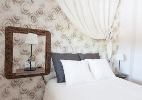 Dormitorio de matrimonio con pared pintada