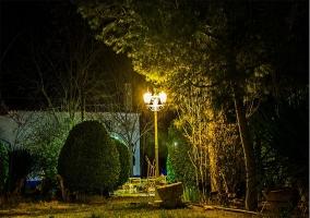 Farola del jardín al anochecer