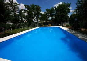 Alargada piscina exterior
