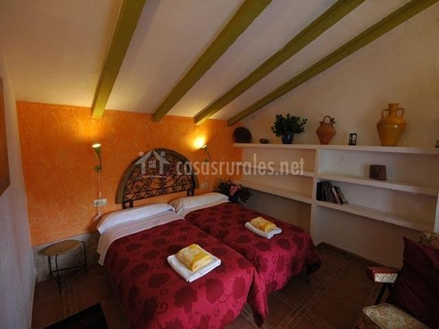 Hermosa habitación con estantes