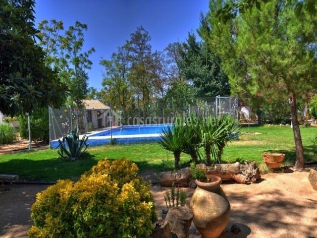 El jardín con su piscina