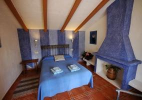 Dormitorio matrimonial con chimenea