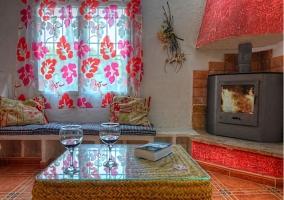 Encantador salón con romántica chimenea
