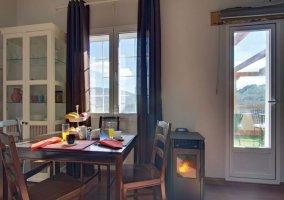 Zona de estar y comedor con chimenea