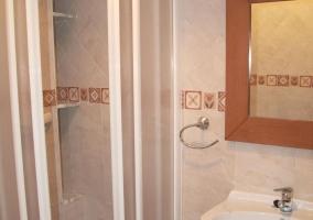 Aseo con mueble bajo el lavabo y ducha