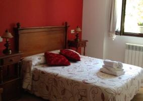 Dormitorio con cojines en la cama doble