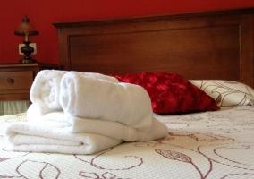 Dormitorio con toallas sobre la cama