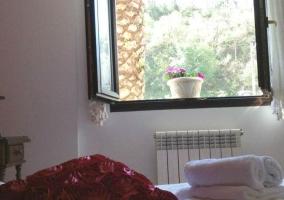 Dormitorio doble con paredes blancas