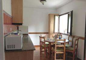 Mesa redonda de comedor y cocina abierta