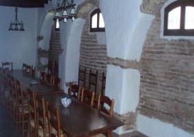 Amplio comedor con paredes de ladrillo visto
