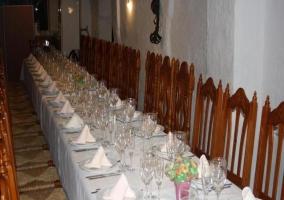Comedor con mesas y sillas