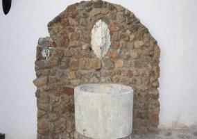Exterior con fuente de piedra