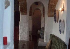 Sala de estar con arcos de ladrillo visto
