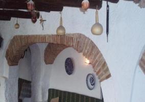 Salón con techo de madera