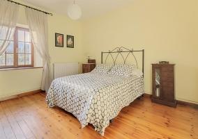 Dormitorio amplio con cama doble