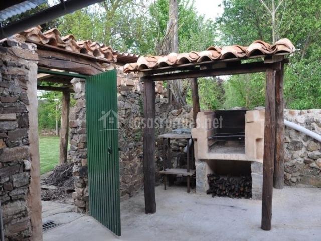 Casa rural la ponteja en fresno de la valduerna le n for Barbacoa patio interior
