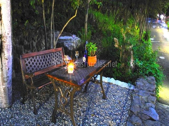 Mobilario de jardín en la terraza de la vivienda