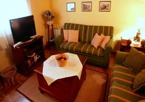 Sala de estar con sofás y televisión
